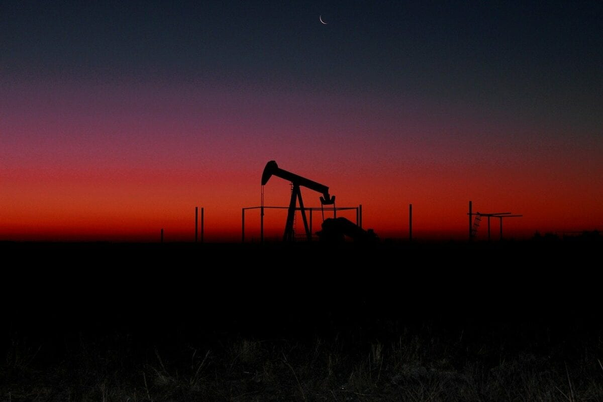 Öl Pumpe vor Sonnenuntergang