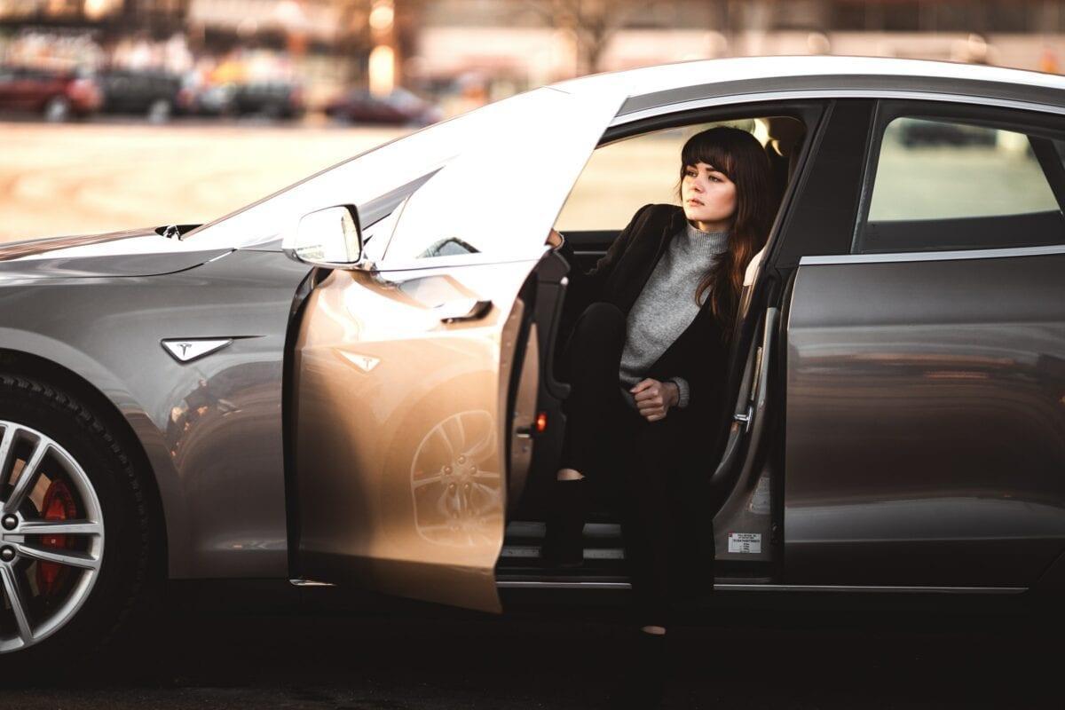 Beispielbild für eine Frau in einem Auto von Tesla