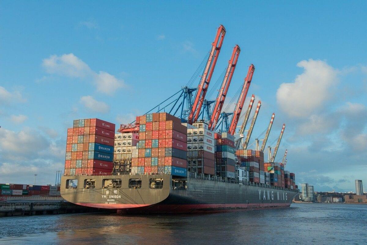 Containerschiff im Hamburger Hafen - Wirtschaft rauscht in Rezession