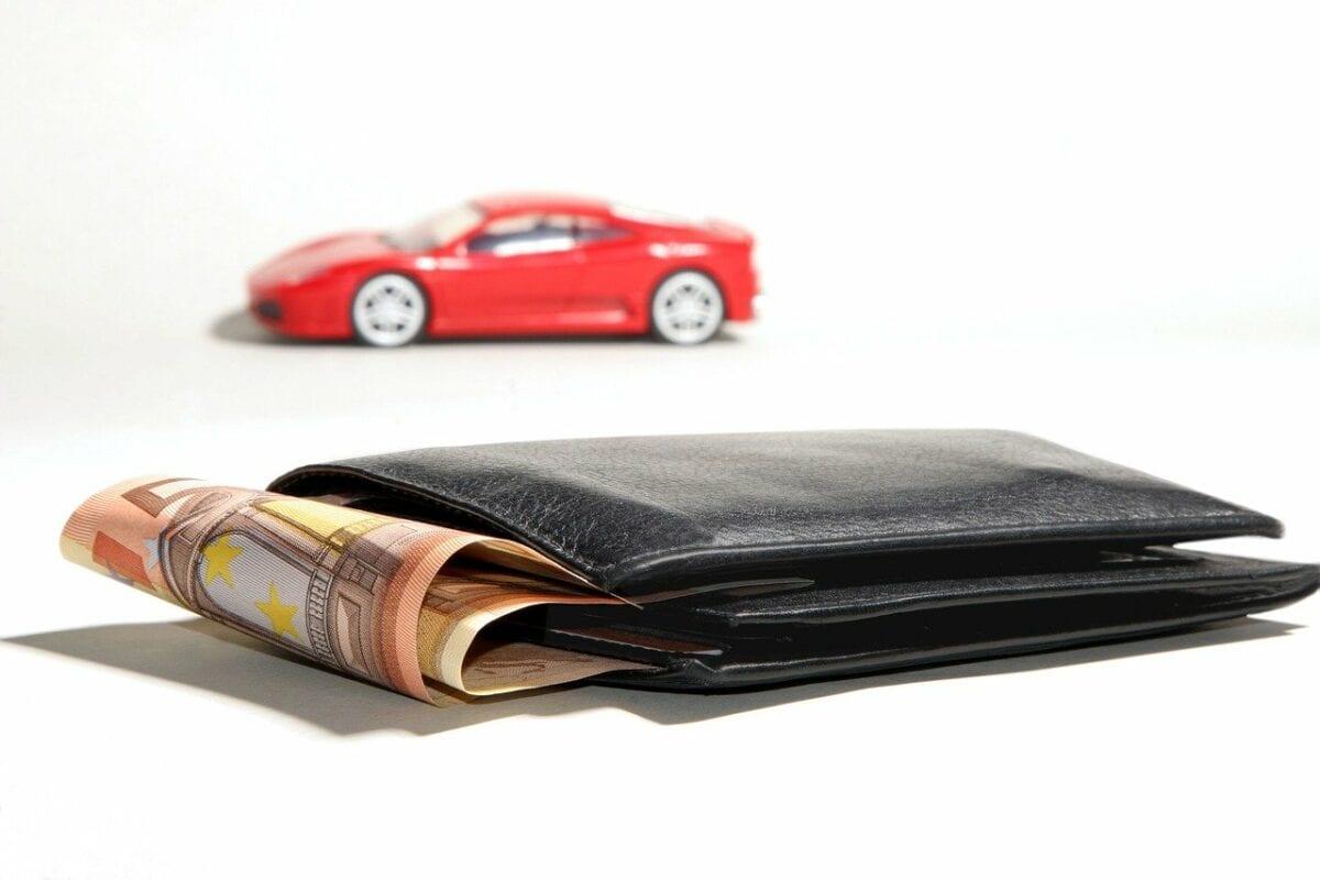 Zinsen und die Japan-Falle - Symbolbild Brieftasche, Geld und Auto