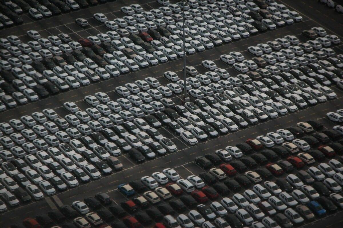 Autos auf großem Parkplatz