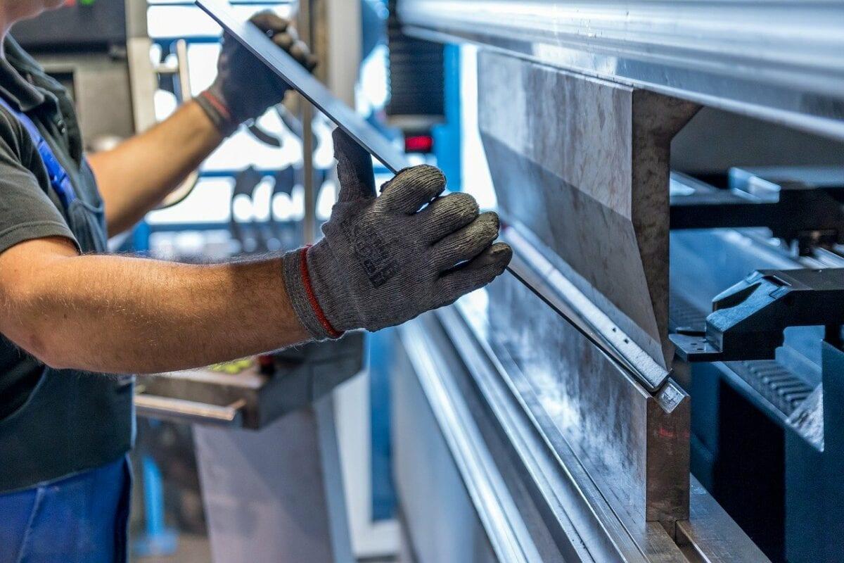 Ein Arbeiter in der Metallverarbeitung