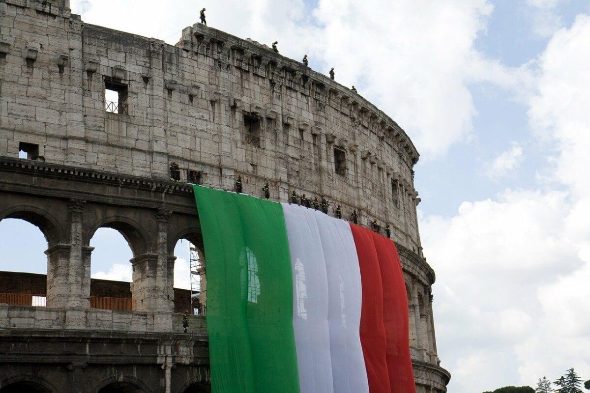 Italien-Flagge vor dem Colosseum in Rom