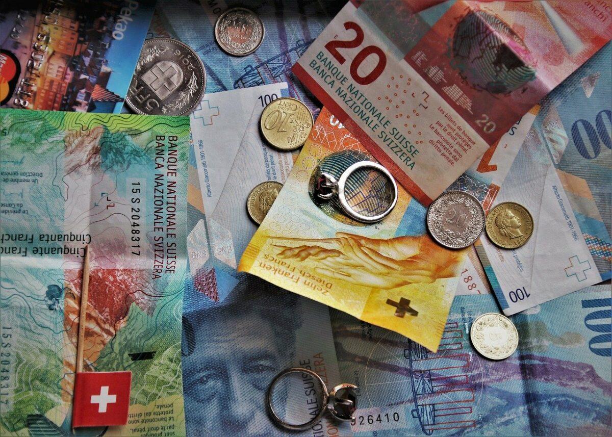 Schweizer Franken Scheine und Münzen
