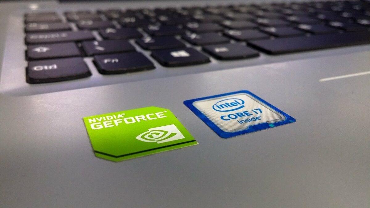 Logos großer Player in der Chipindustrie auf Laptop