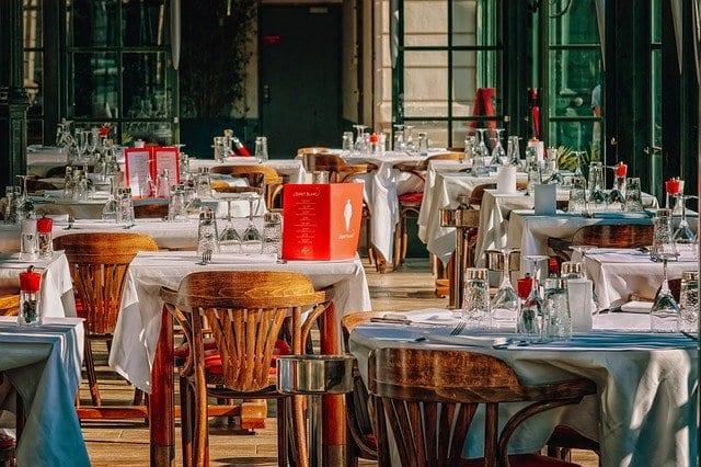 Restaurant mit Tischen