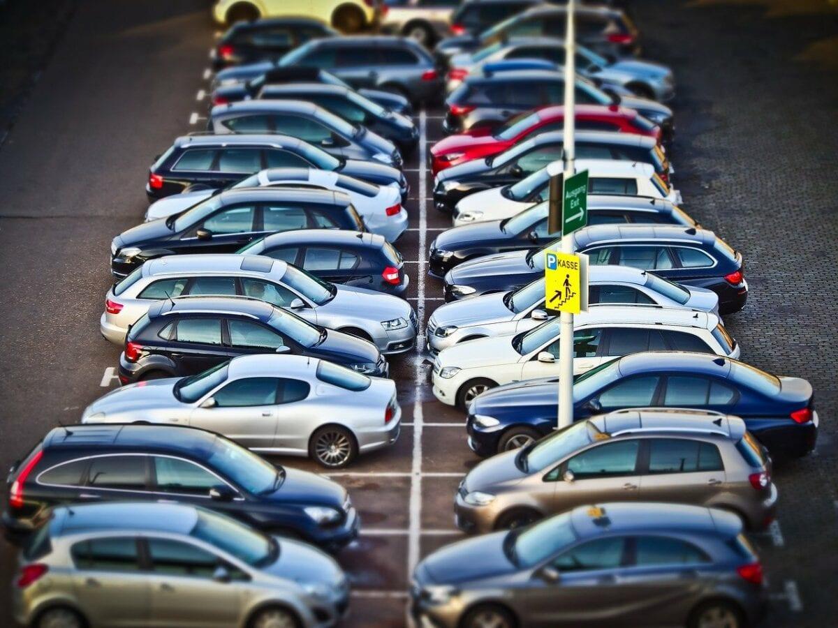 Autos auf Parkplatz - Hertz ist pleite, Mietwagen werden nicht nachgefragt