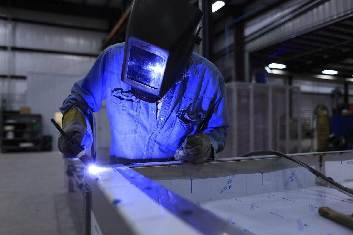 Arbeit in einem Metallbetrieb