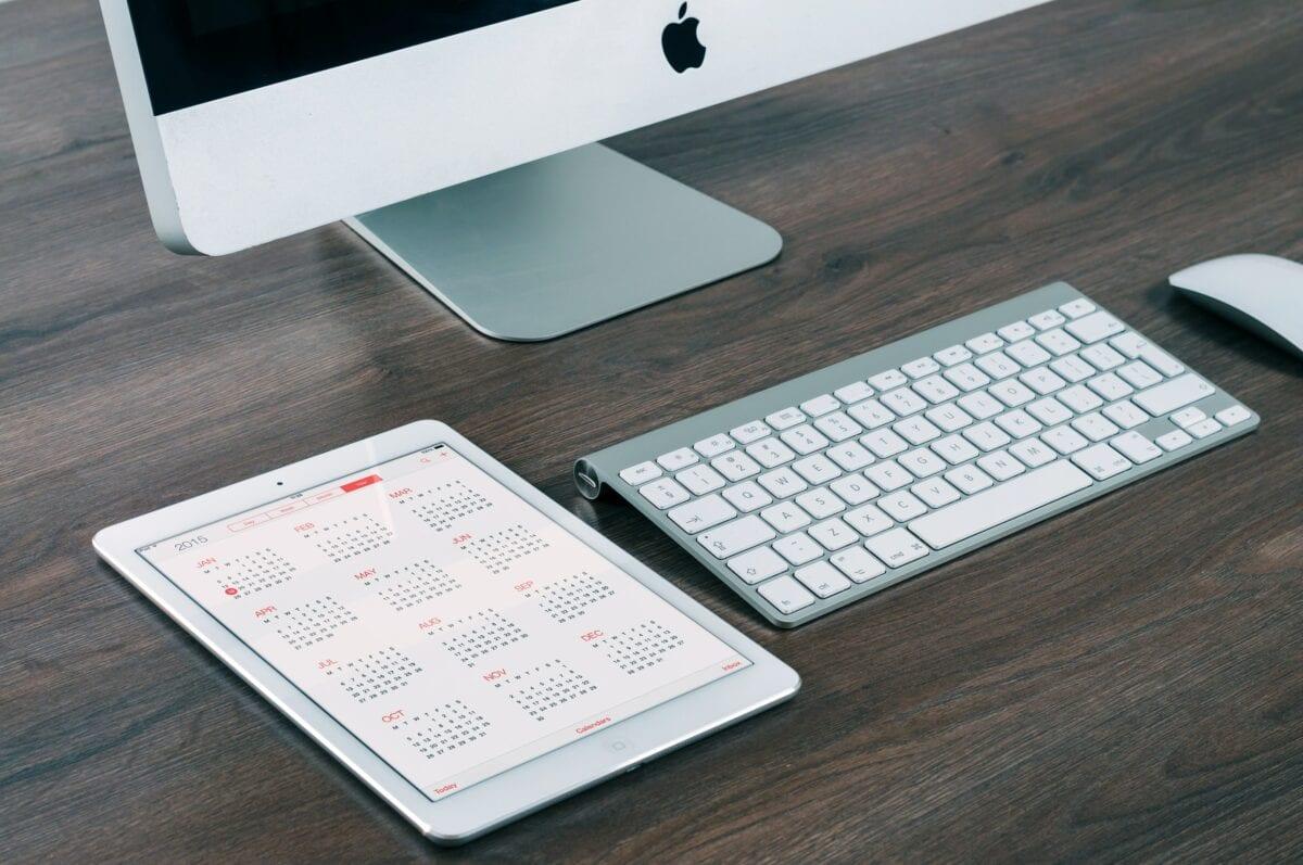 Apple Produkte auf Schreibtisch