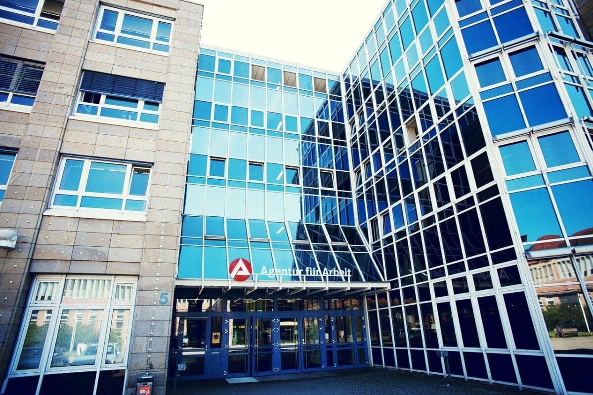 Eingang zu einer Außenstelle der Bundesagentur für Arbeit