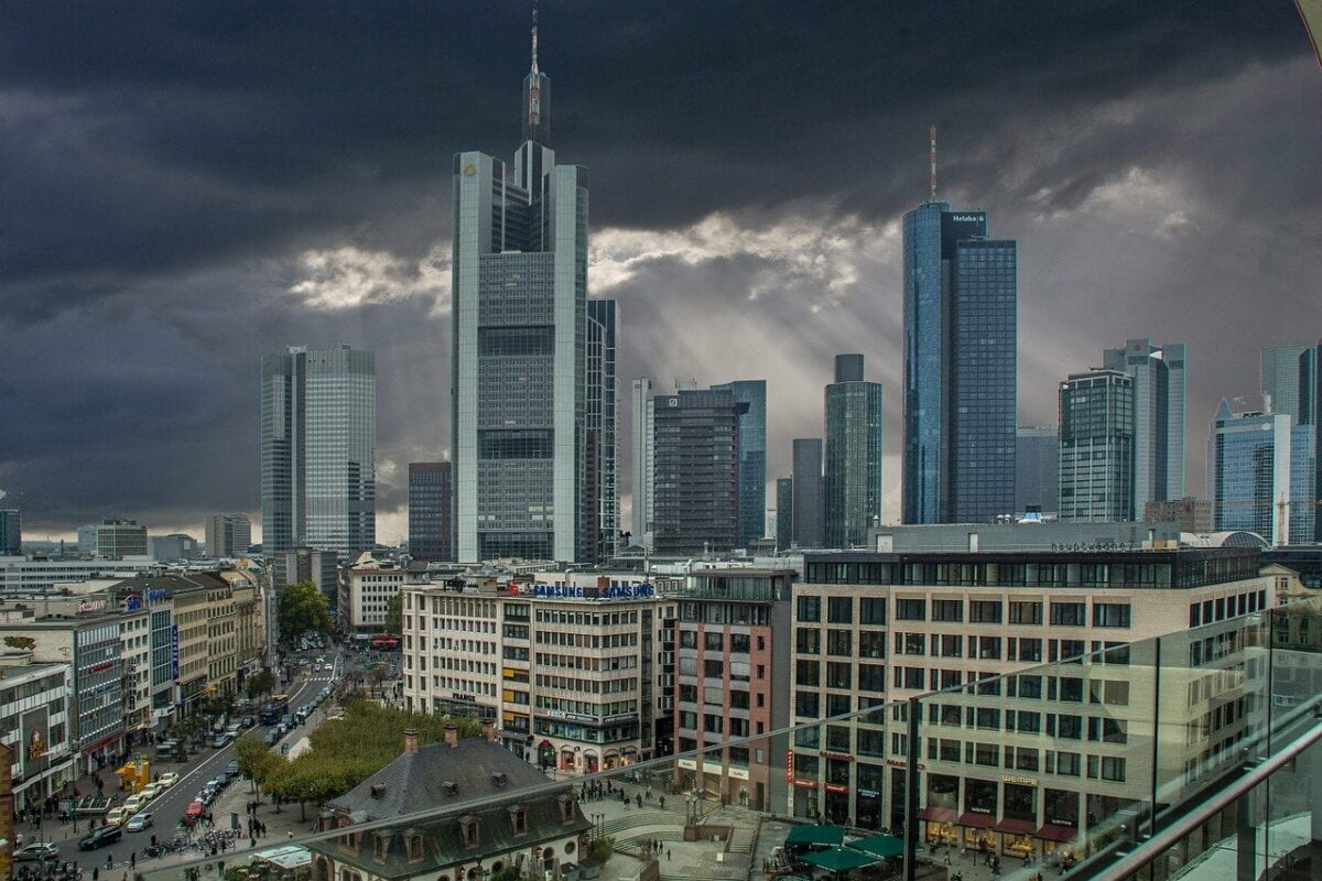 Commerzbank Hochhaus links im Vordergrund
