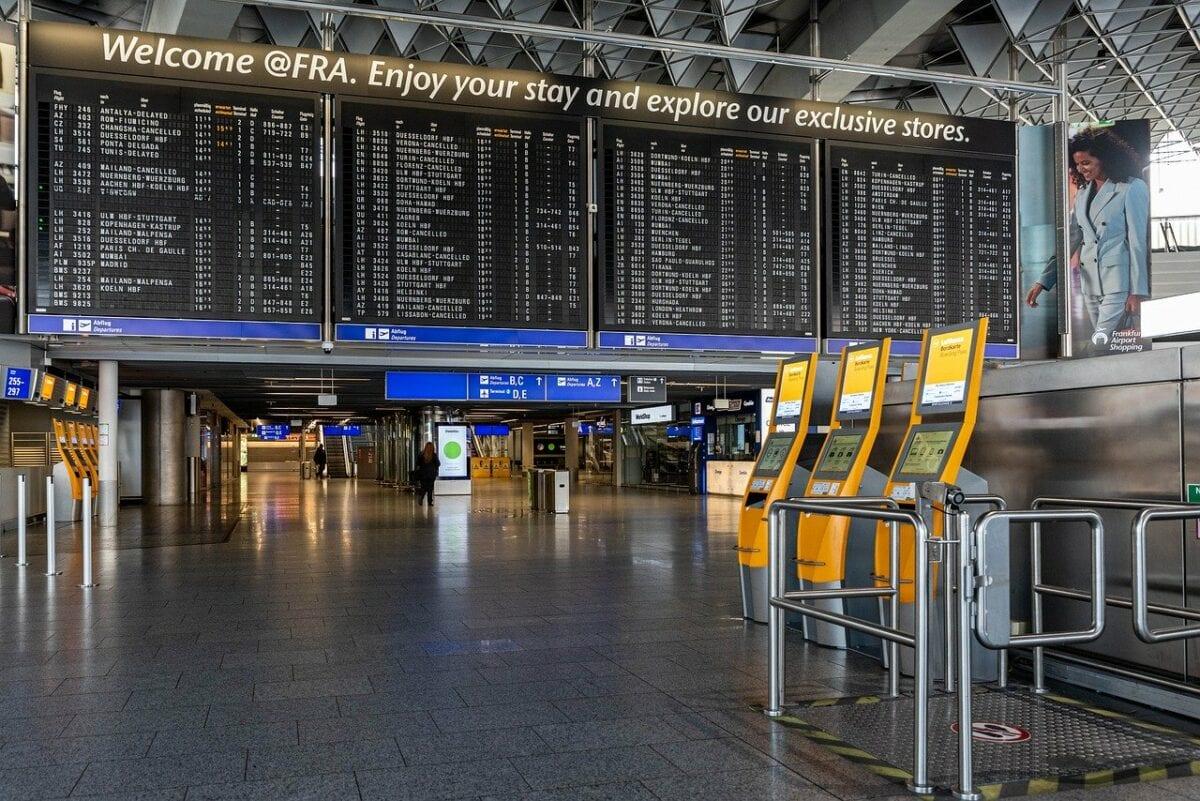 Tafel am Frankfurter Flughafen als Symbol für die Luftfahrt