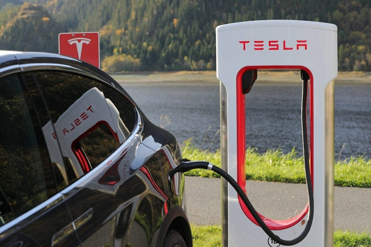 Tesla Auto und Ladesäule