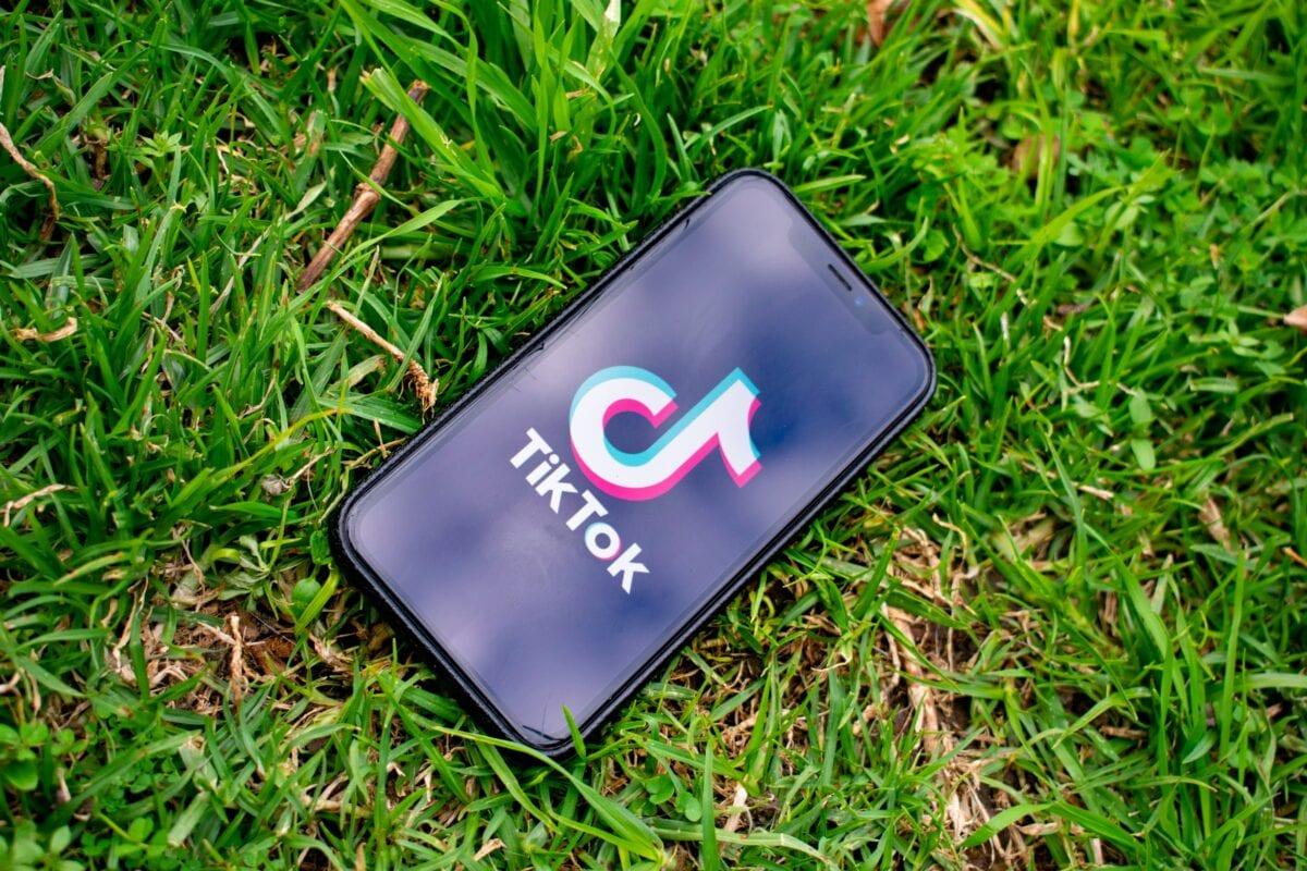 Foto der TikTok App auf einem Smartphone