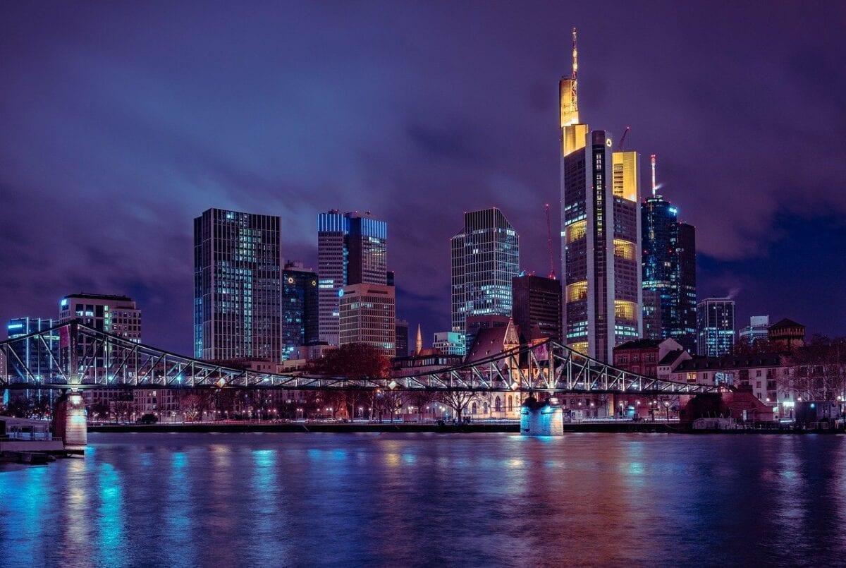 Commerzbank Tower im Vordergrund