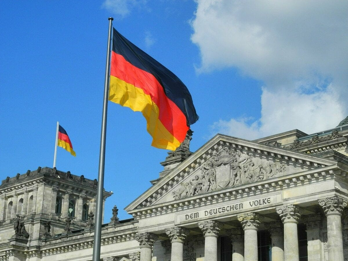 Deutschland Fahne vor Bundestag