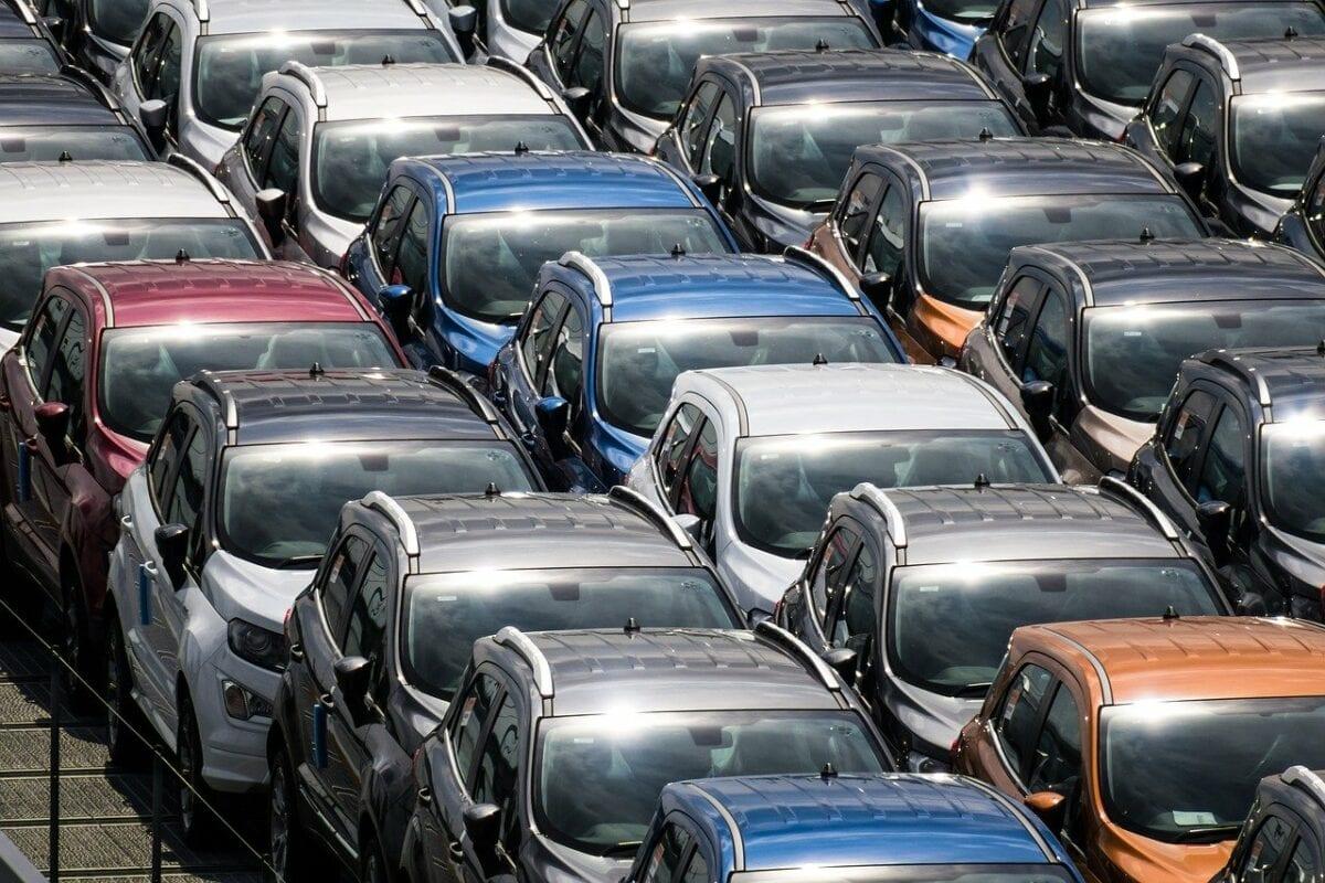 Autos am Abstellplatz - Zulieferer der Autoindustrie mit Stellenabbau