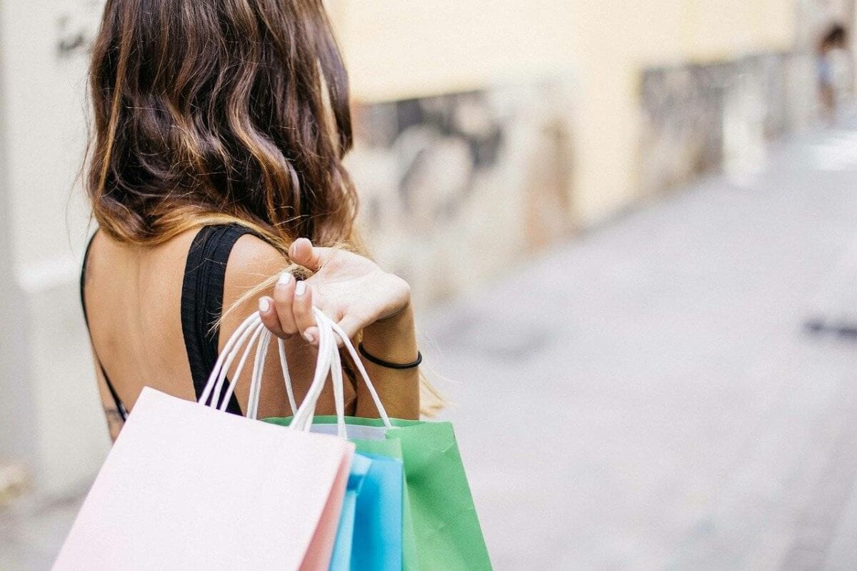 Frau mit Einkaufstaschen