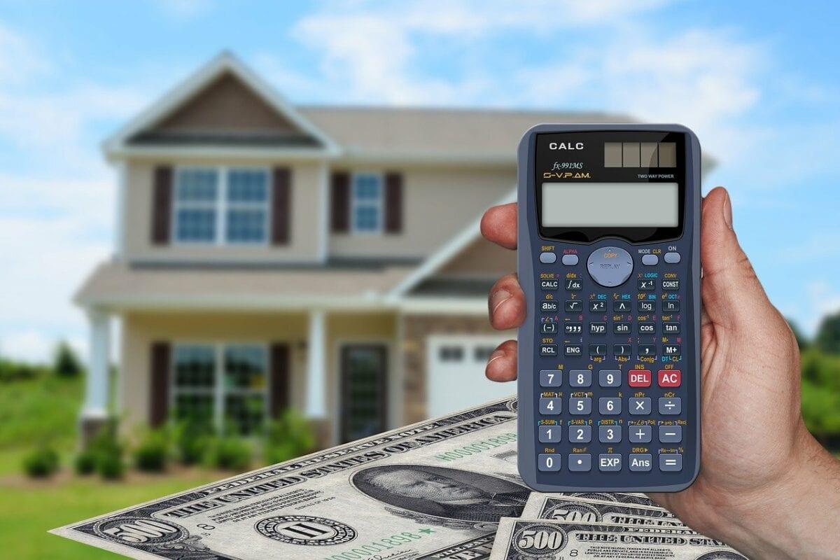 Einfamilienhaus in den USA, Geldscheine und Taschenrechner