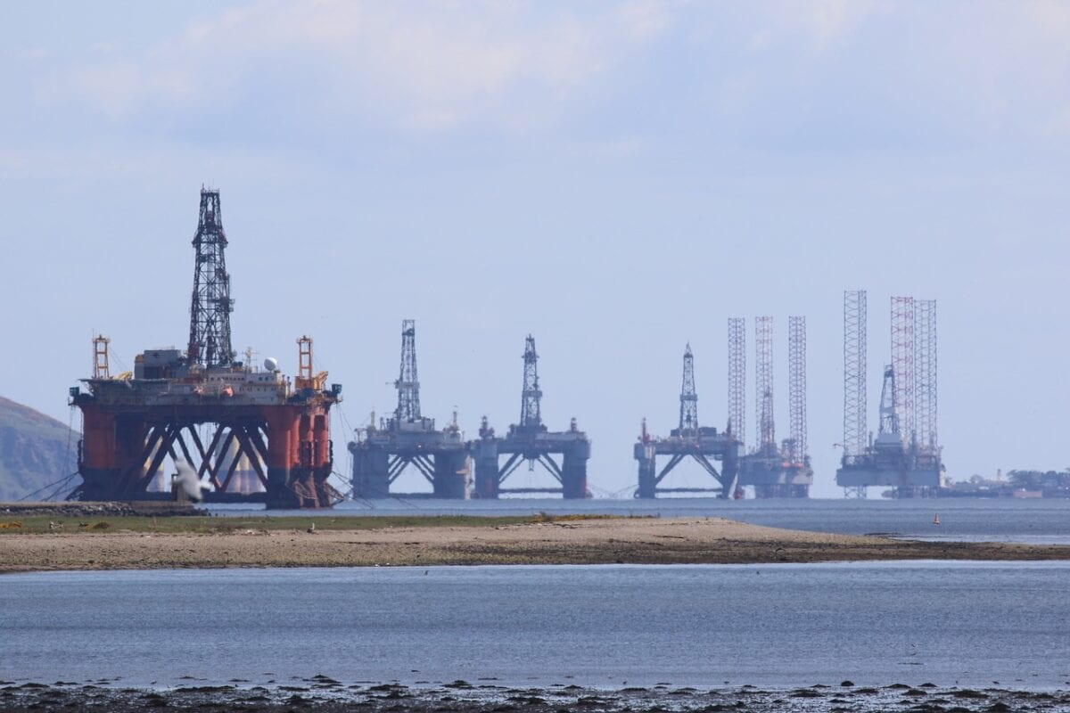 Bohrinseln für Öl vor der schottischen Küste