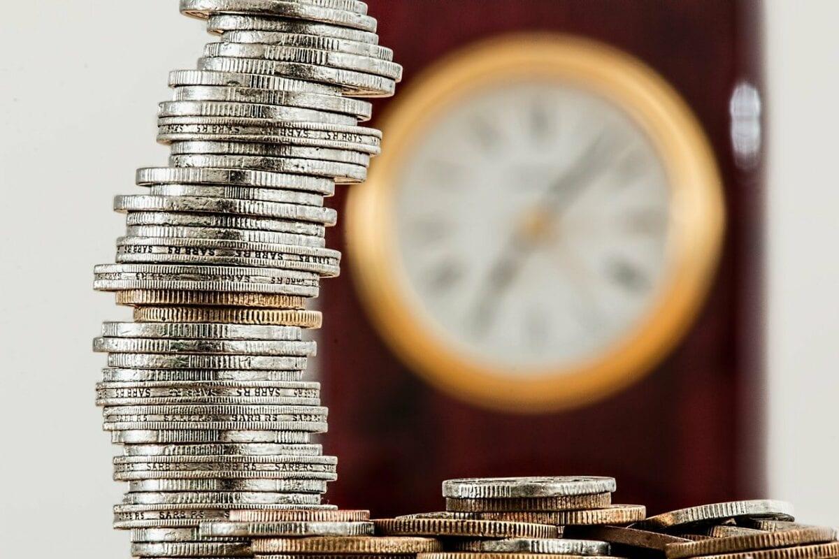 Stapel an Geldmünzen als Symbol für höhere Sparquote