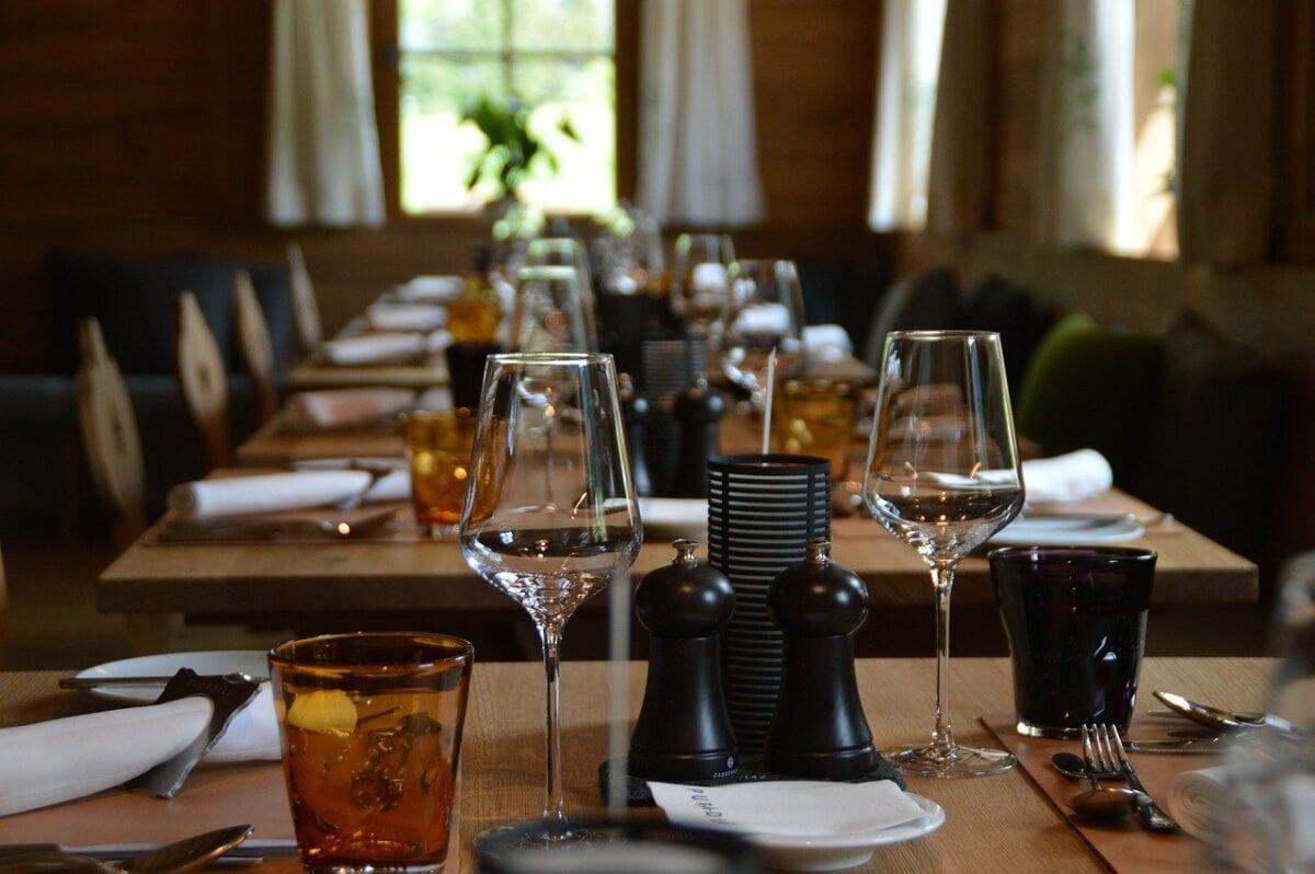 Restaurant-Tische mit Gläsern