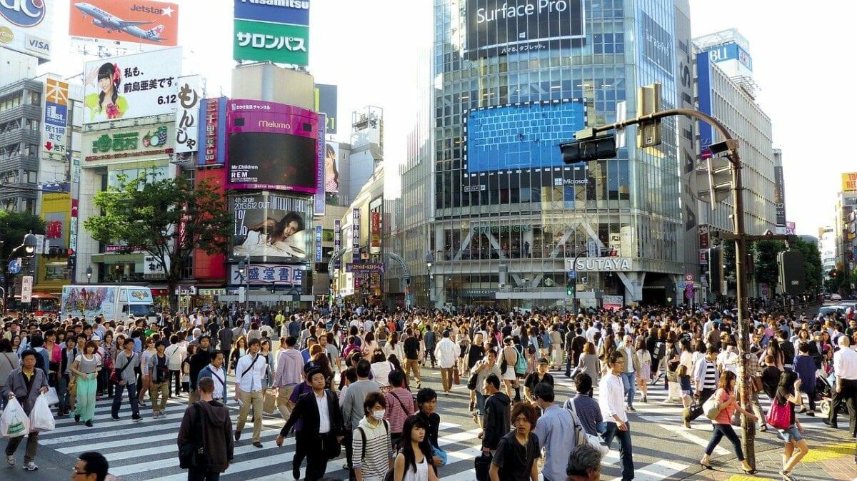 Belebteste Straßenkreuzung in Japan - Zombieunternehmen auf Vormarsch