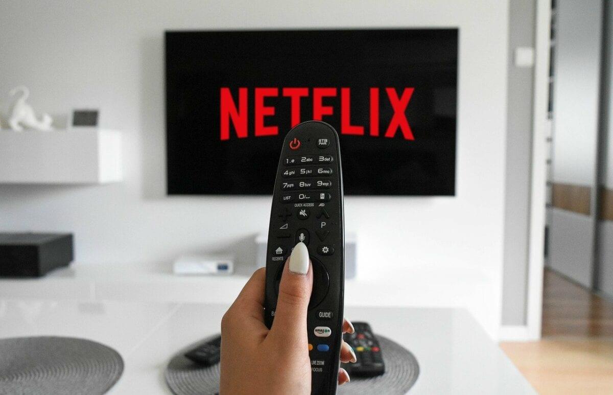 Fernbedienung zeigt auf Netflix-Schrift auf Fernseher