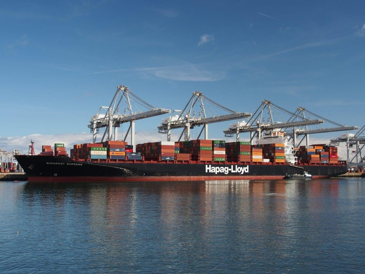 Ein Containerschiff von Hapag-Lloyd