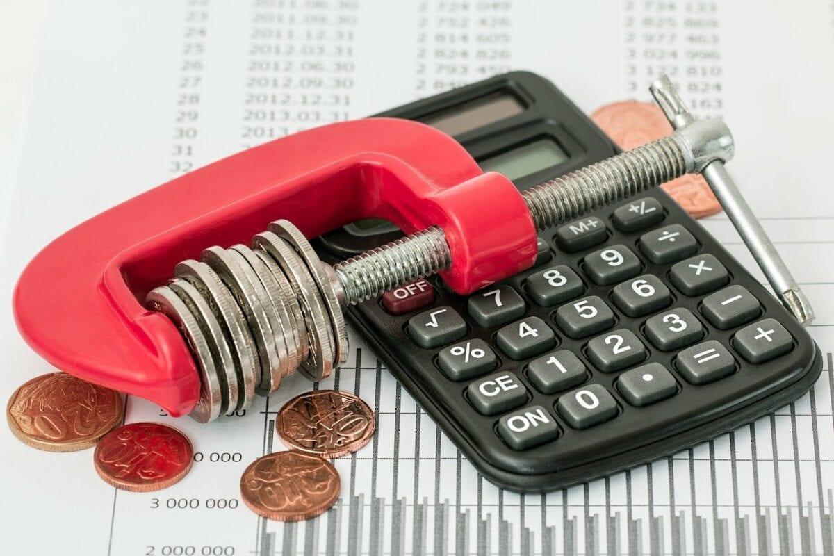 Taschenrechner mit Münzen und Klemme