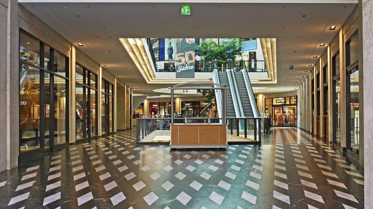 Leeres Einkaufszentrum als Symbol für die Coronakrise