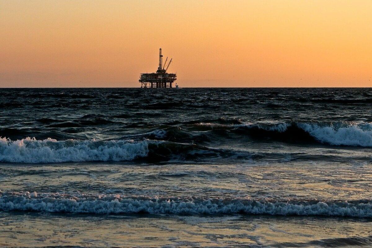 Eine Öl-Bohrplattform im Meer