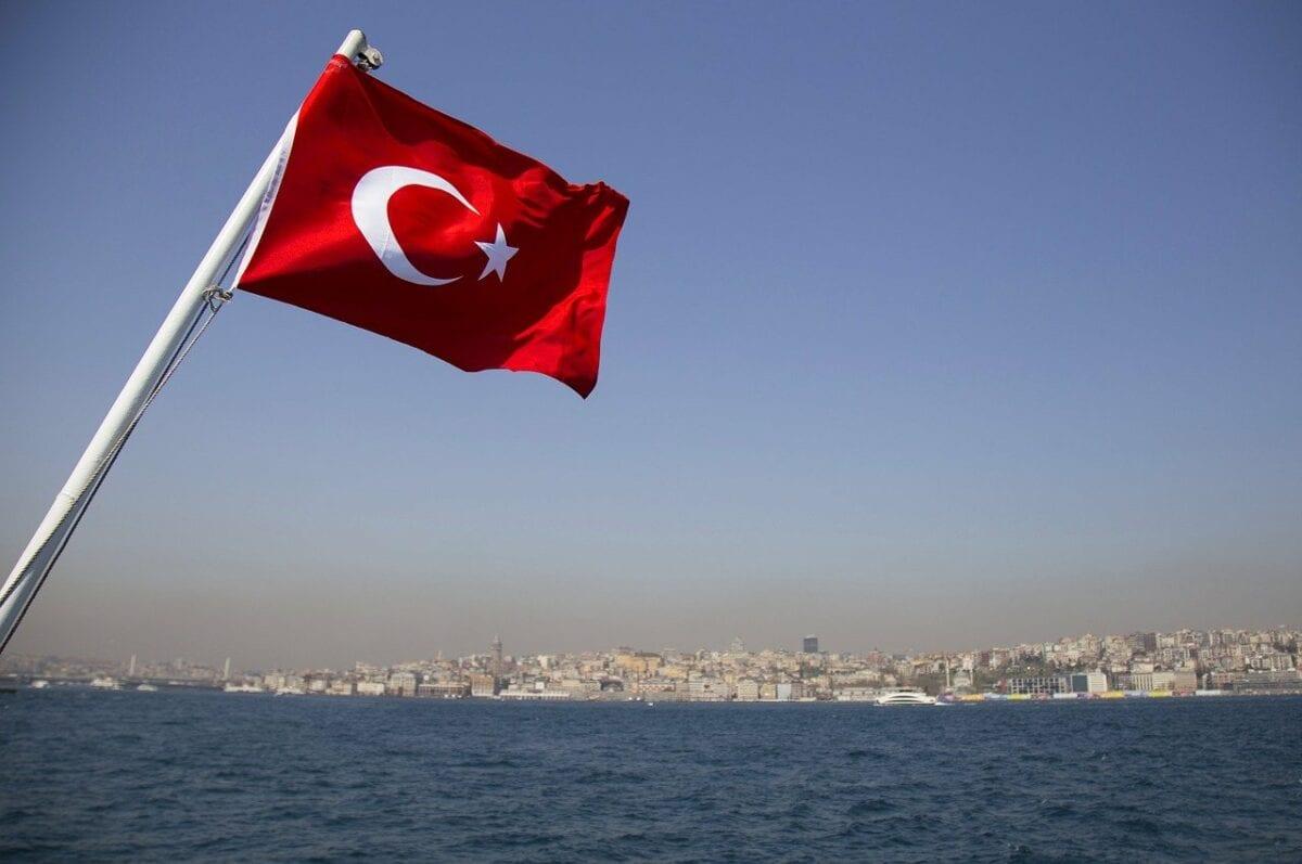 Türkei-Flagge vor dem Bosporus