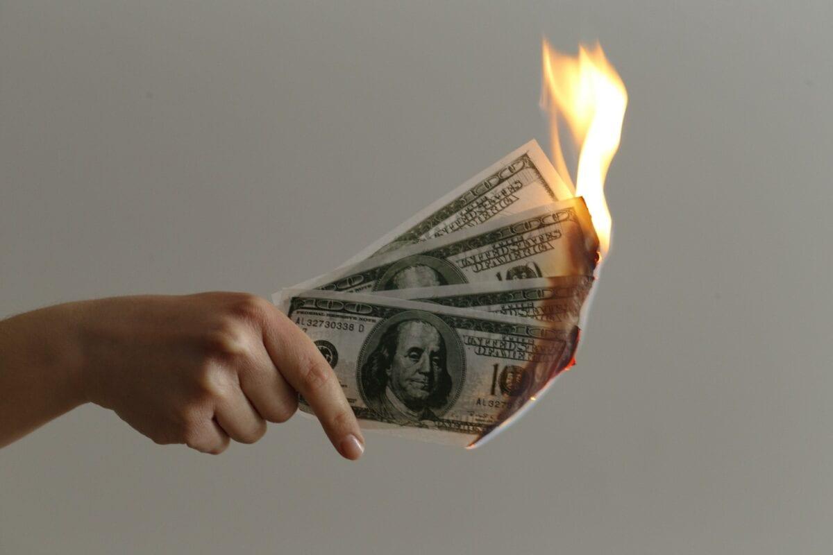Brennende US-Dollar Scheine