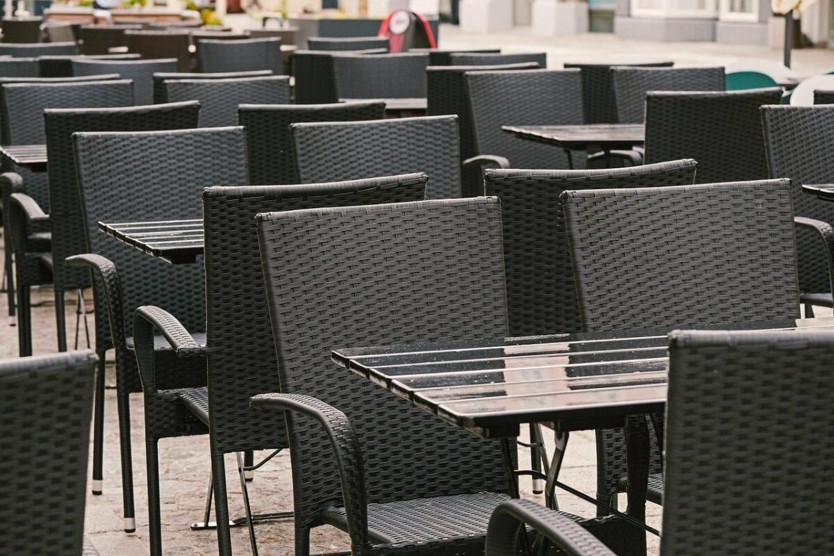 Leere Stühle bei der Außengastronomie eines Restraurants