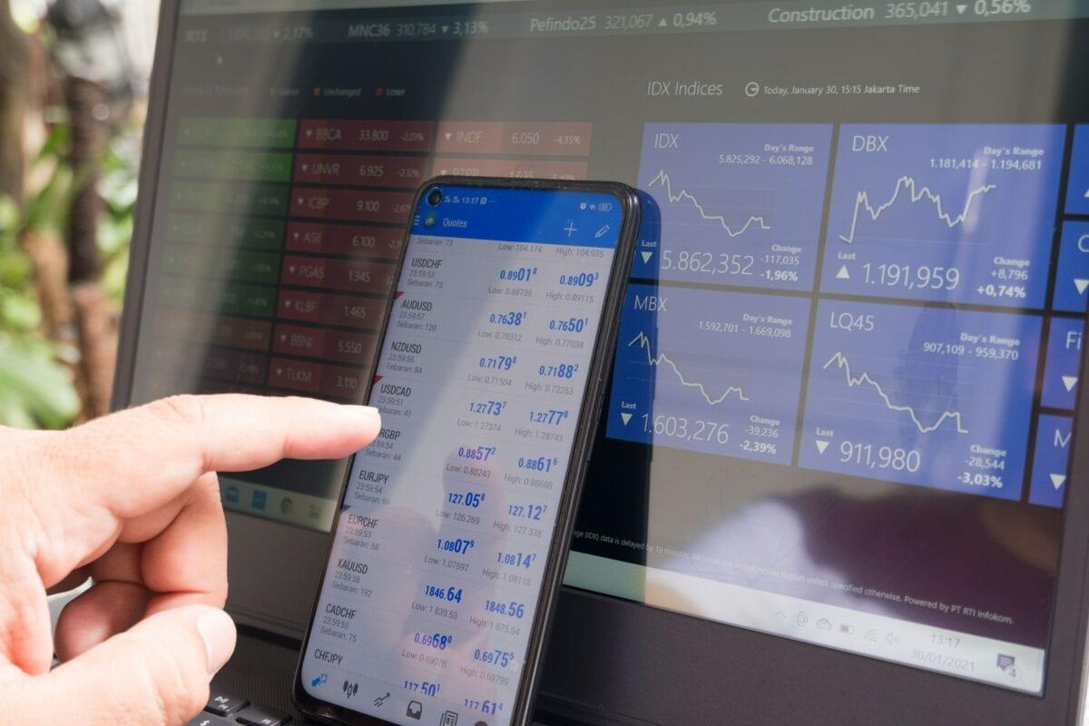 Trader vor Handelsbildschirm