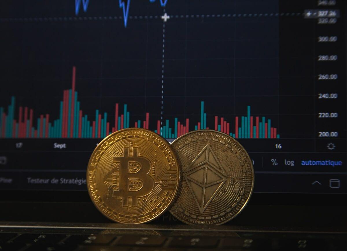 Symbolischer Bitcoin vor Tradingschirm