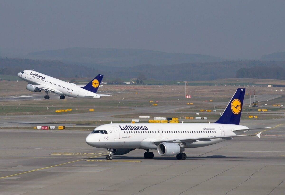 Zwei Airbus A320 der Lufthansa