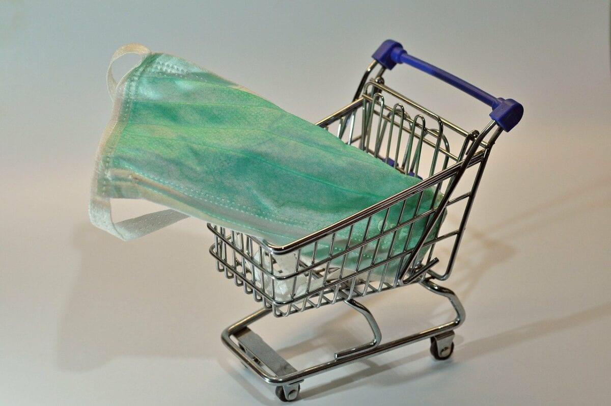 Schutzmaske und Einkaufswagen