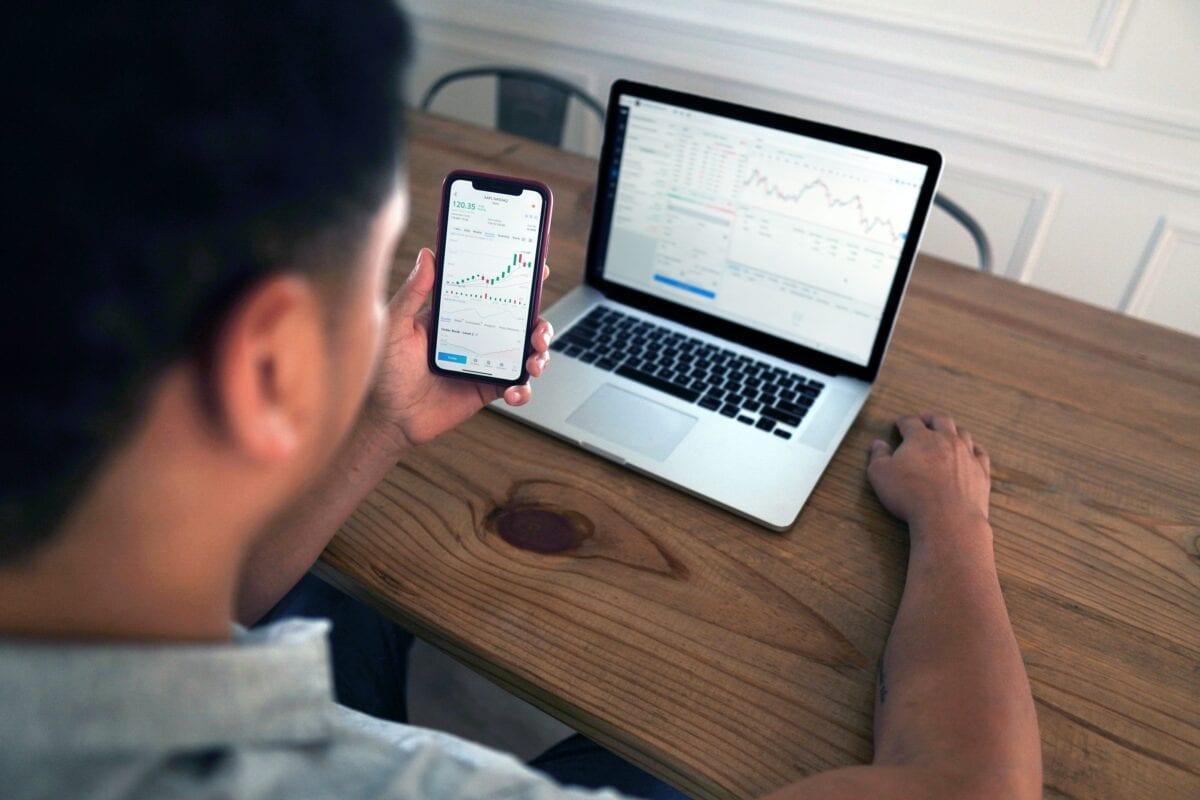 Aktien-Trading an Laptop und Handy