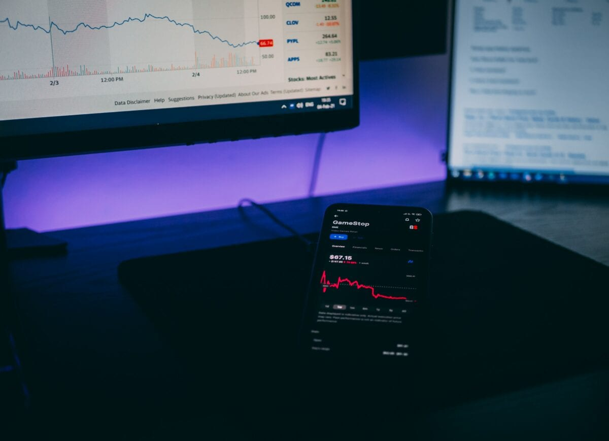 Handel der Gamestop-Aktie über Handy und Laptop