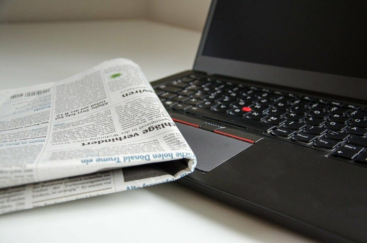 Presse via Computer und Zeitung