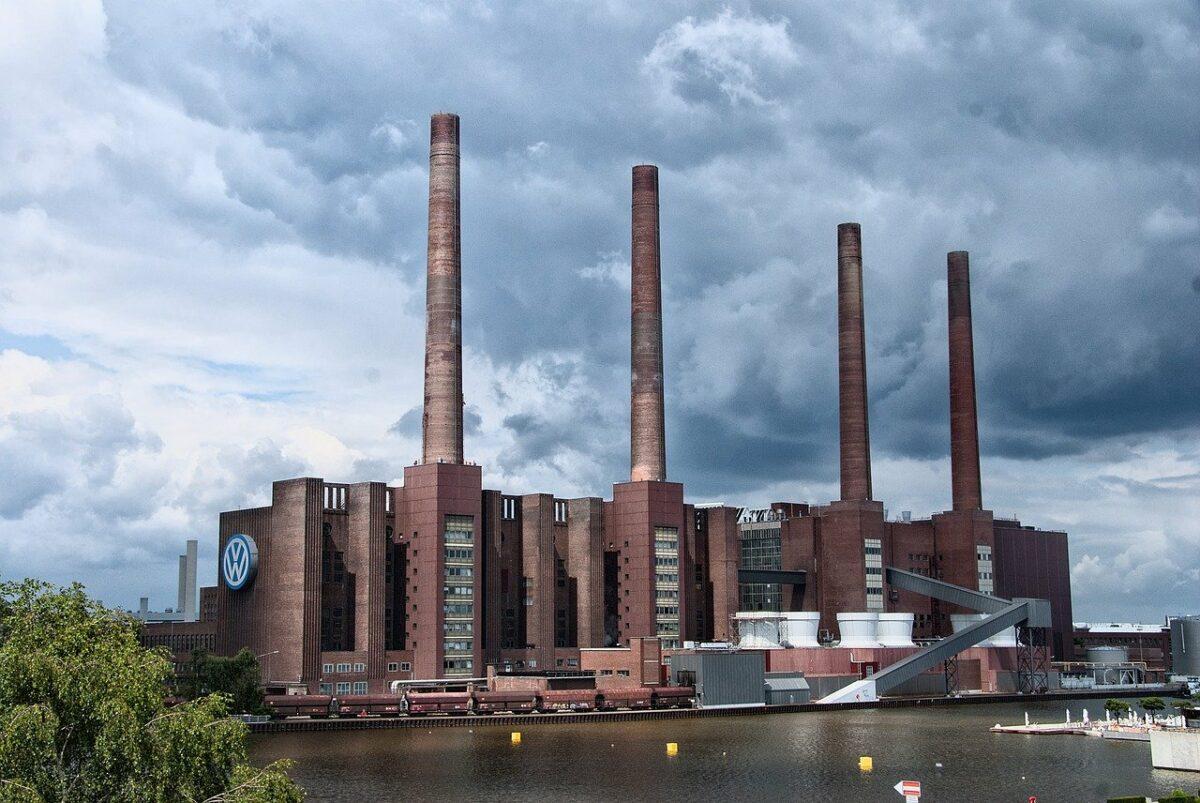 Altes Fabrikgebäude in Wolfsburg als Symbol für deutsche Autoindustrie