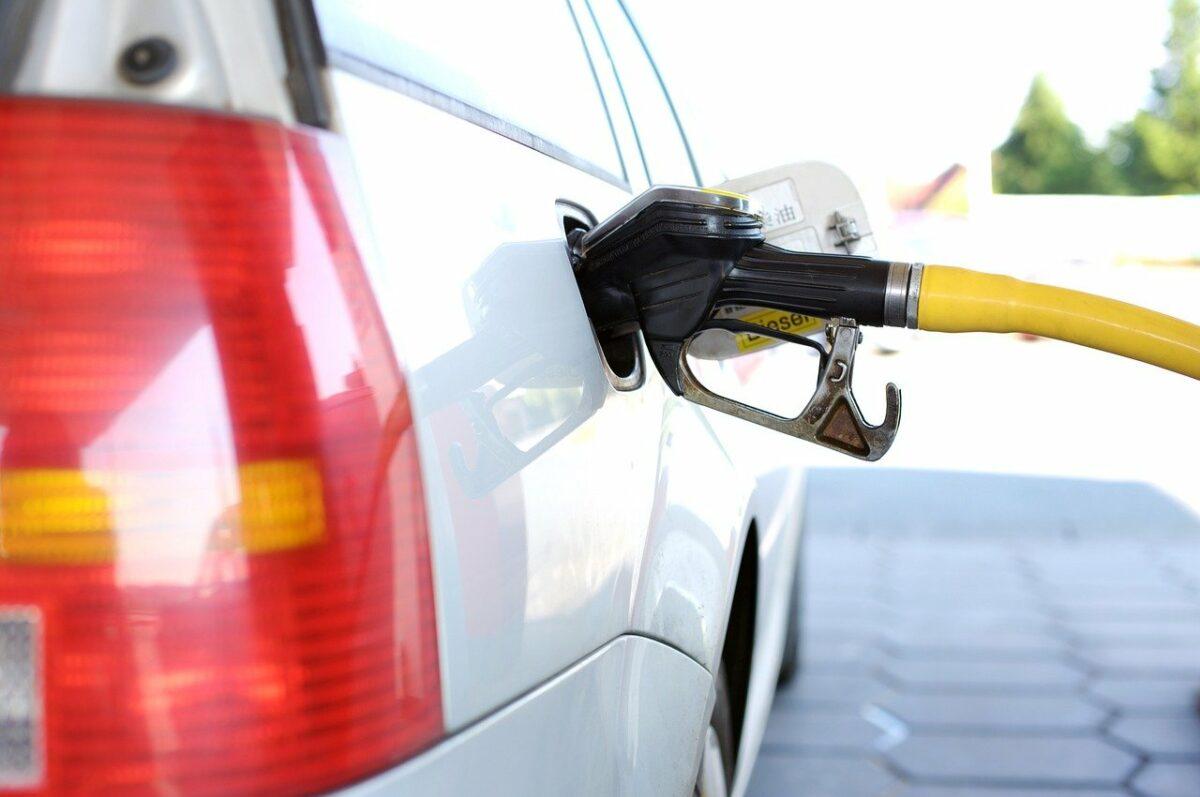 Benzin tanken an einer Tankstelle