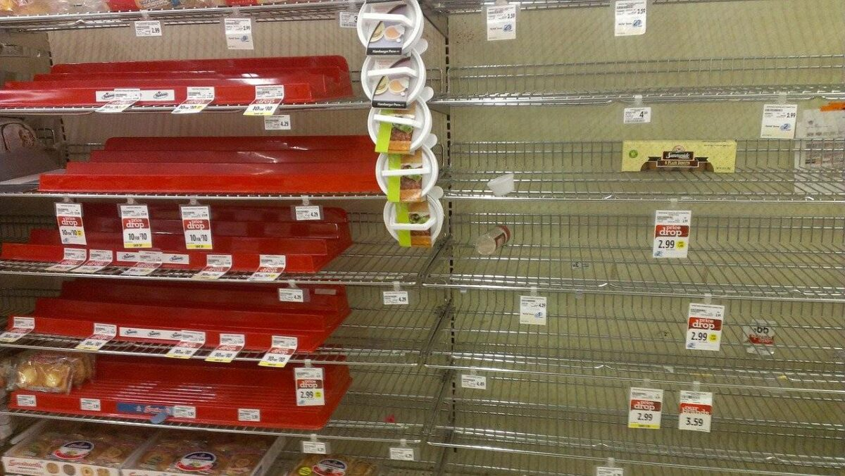 Leeres Supermarktregal als Zeichen für den Sozialismus