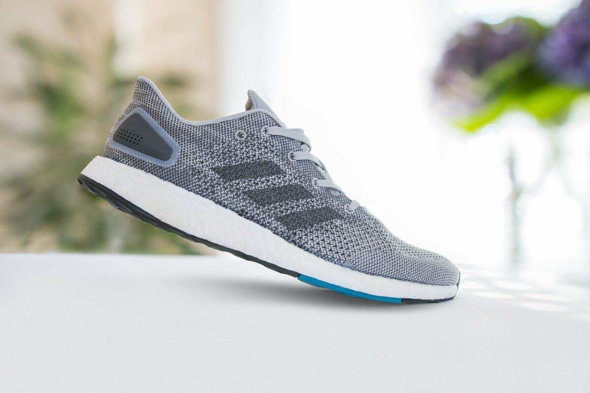 Ein Schuh von Adidas