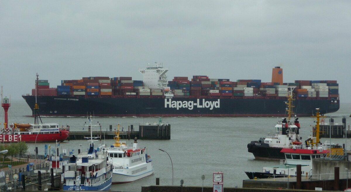 Ein Containerschiff von Hapag Lloyd