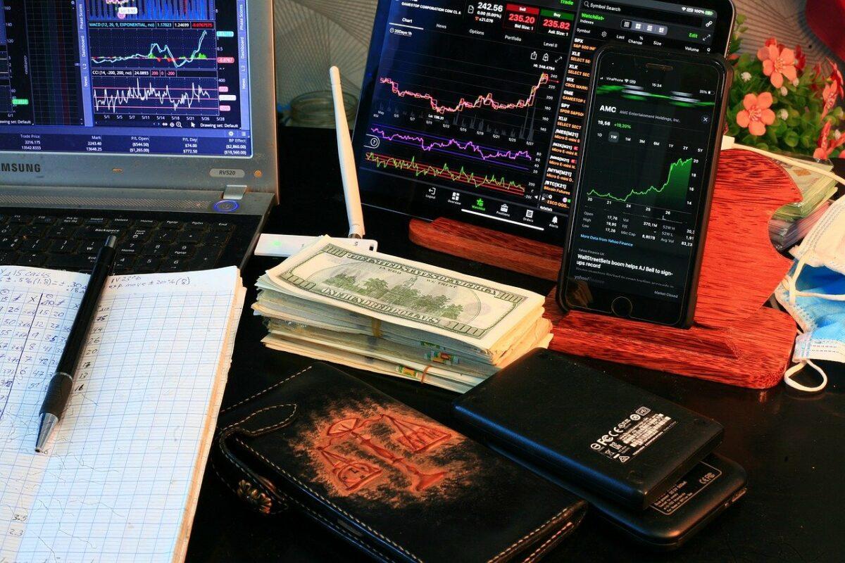 Aktien-Charts auf Bildschirmen