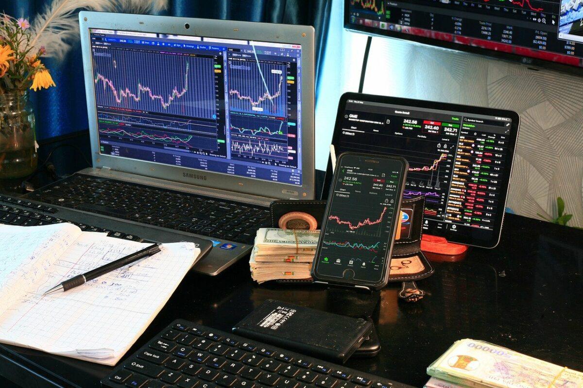 Handel mit Aktien über Laptop und Smartphone
