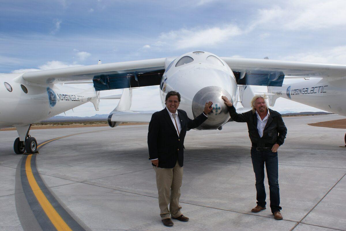Virgin Galactic Chef Richard Branson vor dem Raumflugzeug im Jahr 2010